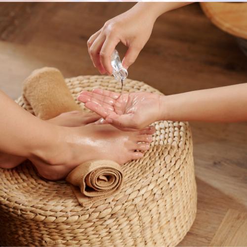 aplica una loción hidratante en tus uñas de los pies